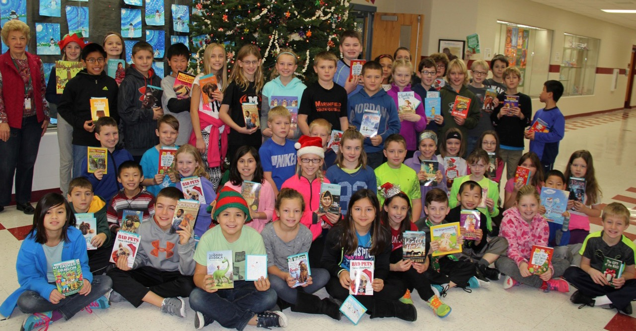 washington elementary school fourth grade donation Joyce Fox Karen Bloczynski Christy Treankler friends of marshfield public library give a kid a book